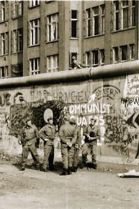 Reparaturarbeiten nach einem Anschlag auf die Mauer 1986. Foto: Ulrich Horb