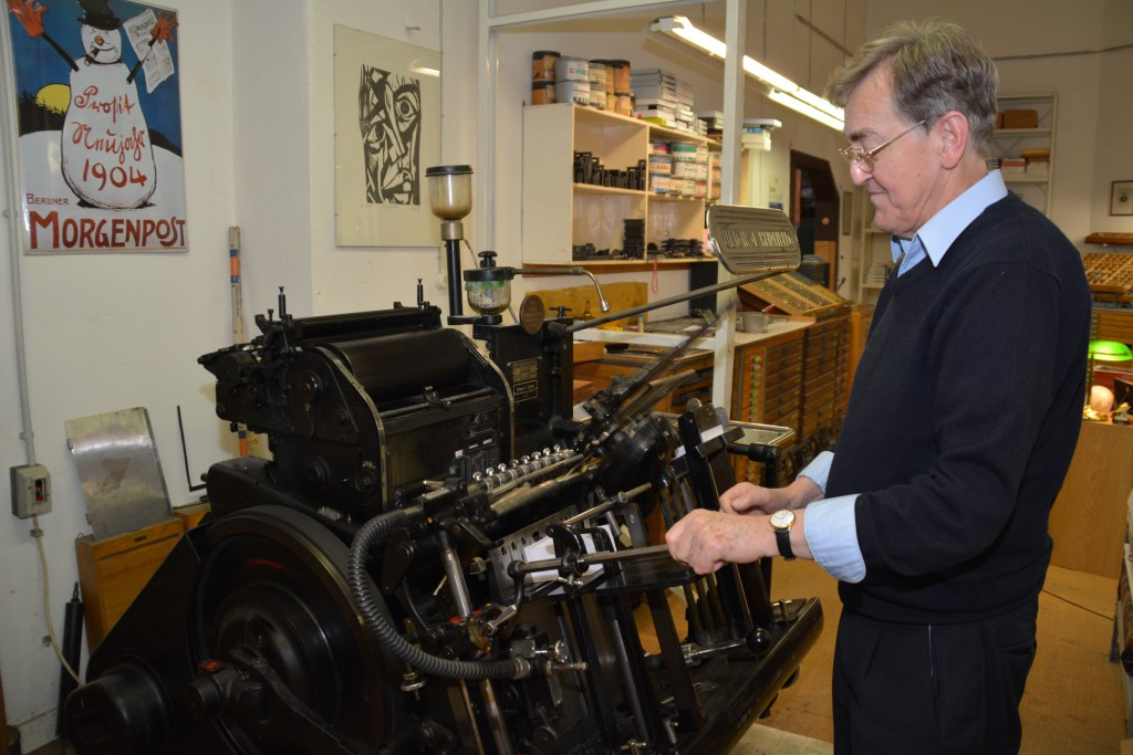 Jürgen Müller an der Druckmaschine. Foto: Ulrich Horb