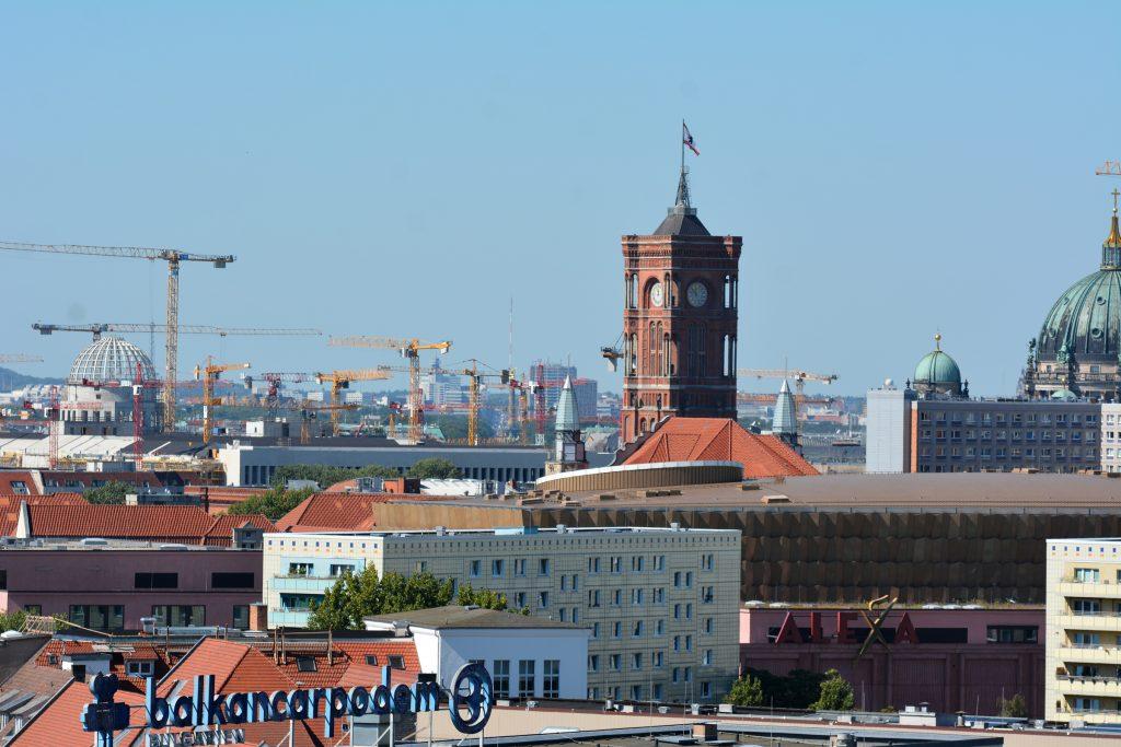 Blick vom Strausberger Platz zum Roten Rathaus. Foto: Ulrich Horb