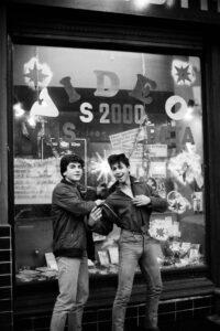 Türkische Jugendliche vor Videothek an der Urbanstraße. Foto: Ulrich Horb