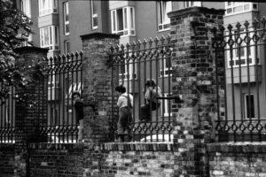 Kinder spielen am Zaun zum Bethaniengelände. Foto: Ulrich Horb