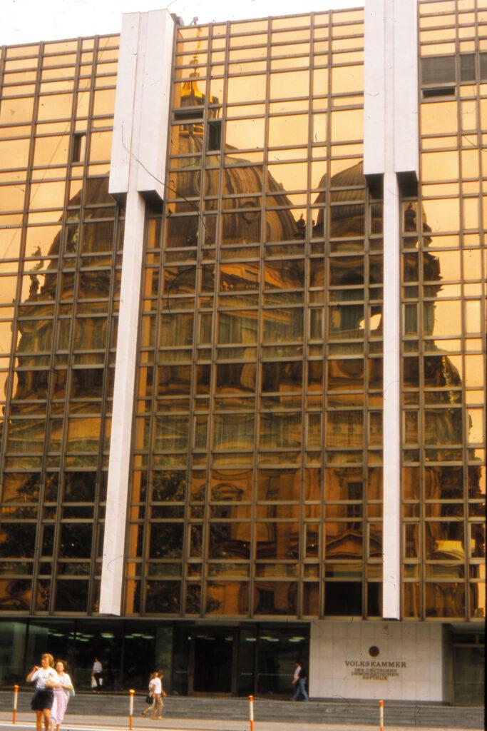 1988: Spiegelungen am Palast der Republik. Foto: Archiv Ulrich Horb