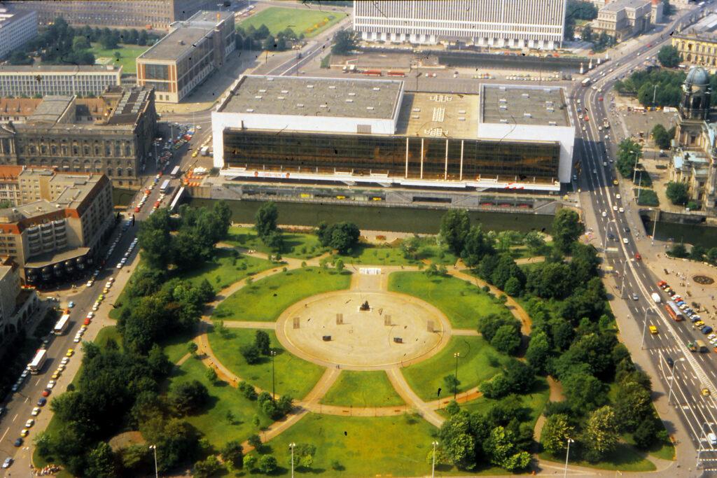 1990: Blick vom Fernsehturm auf den Palast der Republik. Foto: Archiv Ulrich Horb