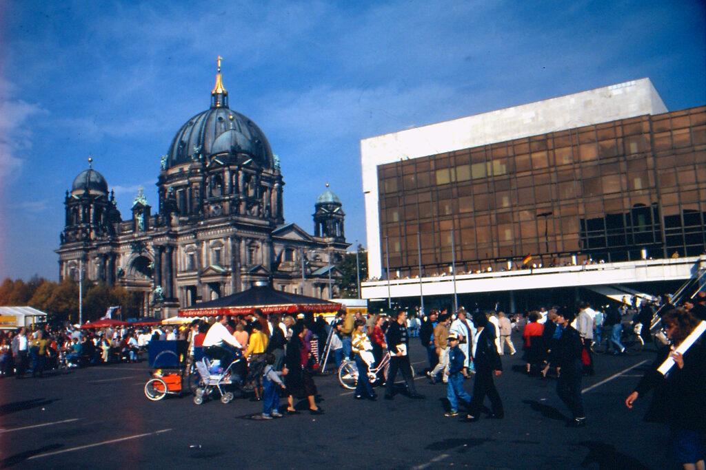1990: Fest der Einheit am Palast der Republik. Foto: Ulrich Horb