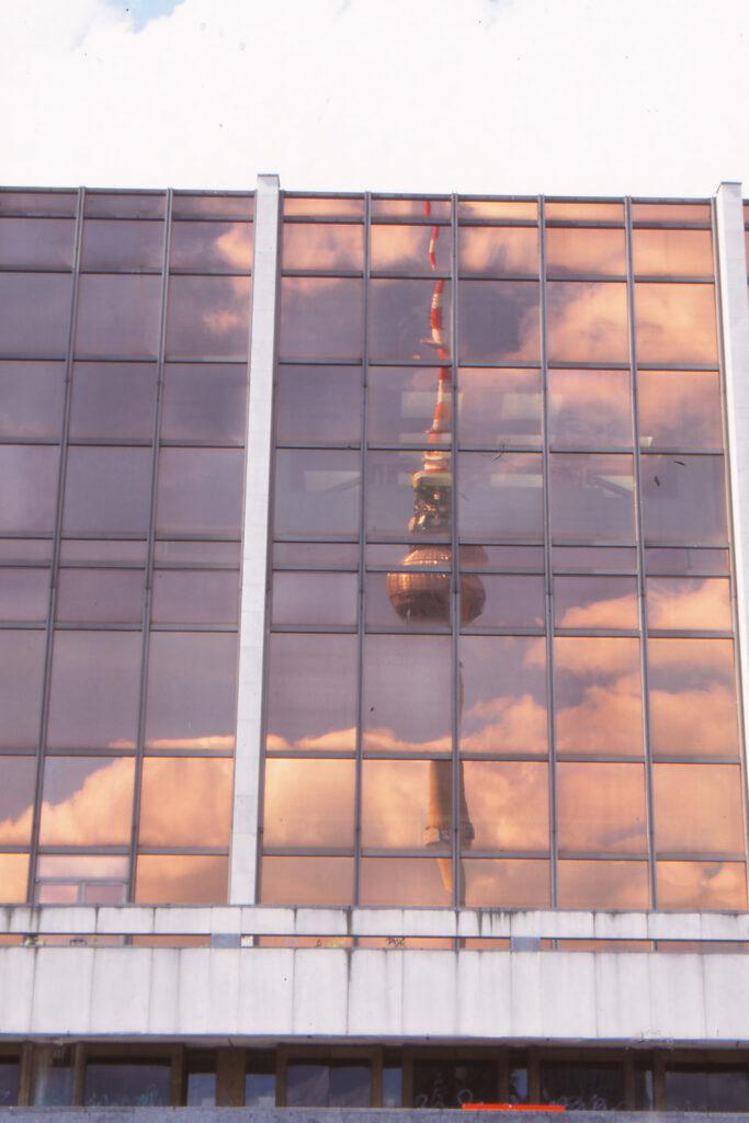 1999: Spiegelungen am Palast der Republik. Foto: Archiv Ulrich Horb