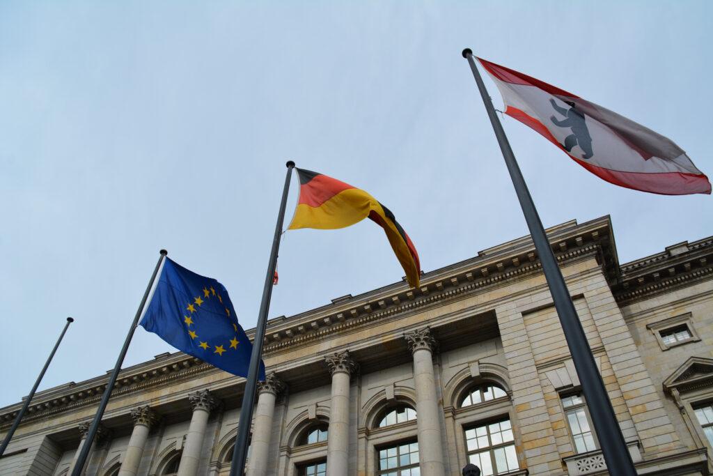 Abgeordnetenhaus von Berlin: Fahnenmasten an der Niederkirchnerstraße. Foto: Ulrich Horb