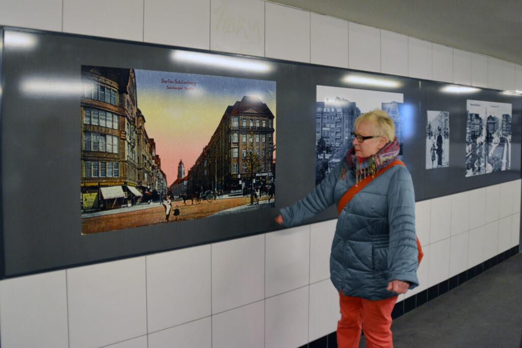 Bayerisches Viertel: Stadtführerin Gudrun Blankenburg vor einem alten Foto des Bayerischen Platzes. Foto: Ulrich Horb