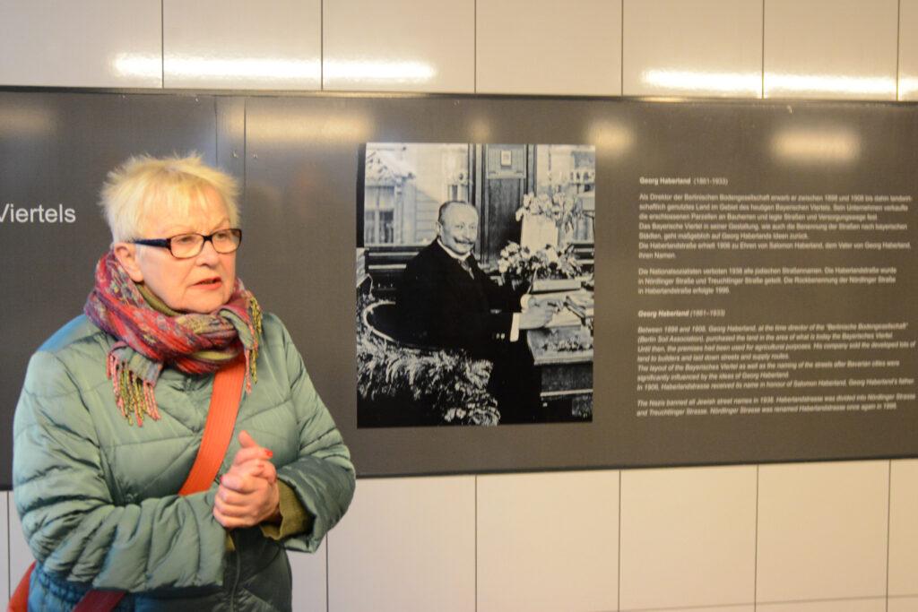 Bayerisches Viertel: Stadtführerin Gudrun Blankenburg vor dem Porträt Salomon Haberlands im U-Bahnhof Bayerischer Platz. Foto: Ulrich Horb