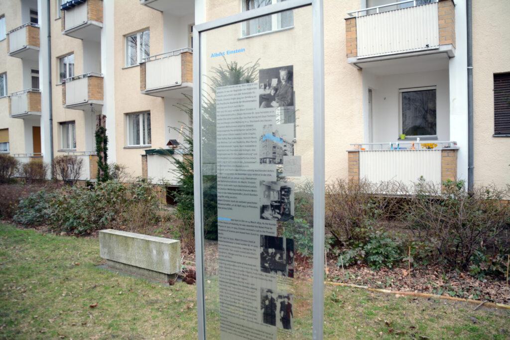 Stele für Albert Einstein: Der Physiker wohnte ab 1917 in der Haberlandstraße 5 (heute Nr. 8). Foto: Ulrich Horb
