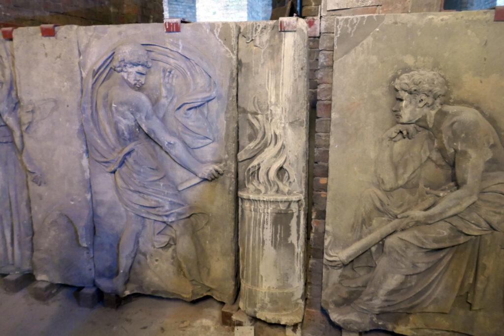 Schadows Münzfries: Teil der Vorderfront. Prometheus lehrt, das vom Himmel entwendete Feuer zum Schmelzen zu benutzen. Foto: Ulrich Horb