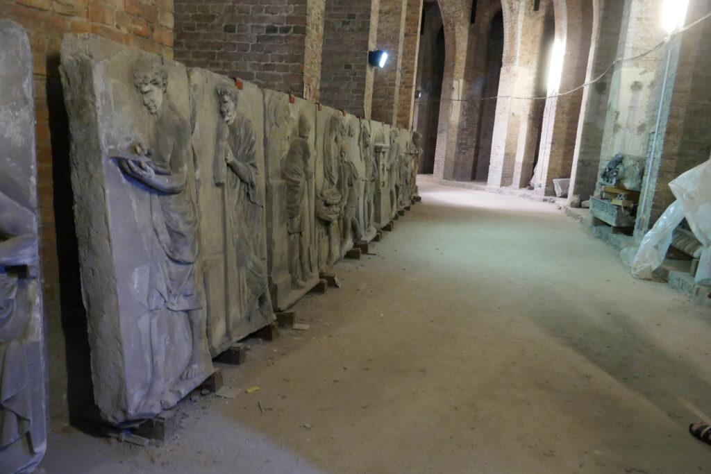 Schadows Münzfries: Teil der Vorderfront. Ein Lehrer, vor der Bildsäule der Diana von Ephesus (dem Sinnbilde der Natur), gibt den Schülern Anweisung zum wissenschaftlichen Ordnen der herbeigebrachten Metalle. Foto: Ulrich Horb