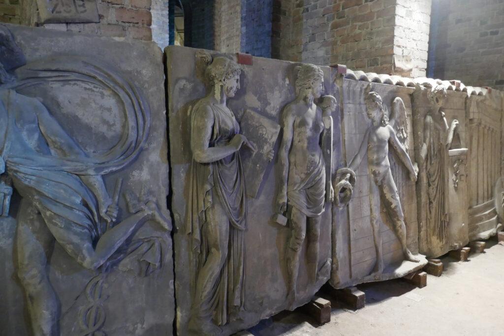 Schadows Münzfries: Links ein Teil der Seitenfront II, daneben Teile der Seitenfront III: Minerva vor dem Tempel der Künste. Foto: Ulrich Horb