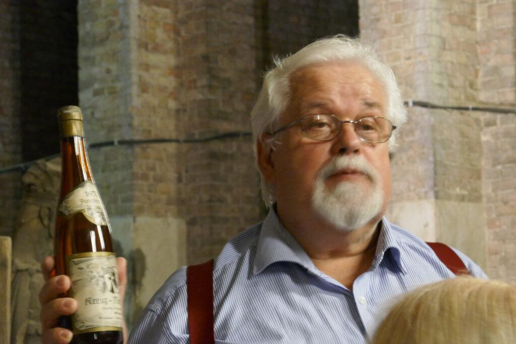 Frank Körner präsentiert Kreuzberger Wein. Foto: Ulrich Horb