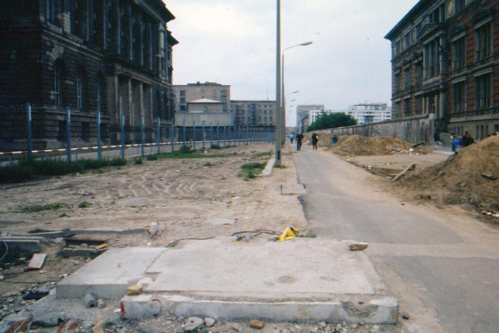 1990: Blick vom Grenzstreifen auf den ehemaligen Preußischen Landtag. Foto: Ulrich Horb