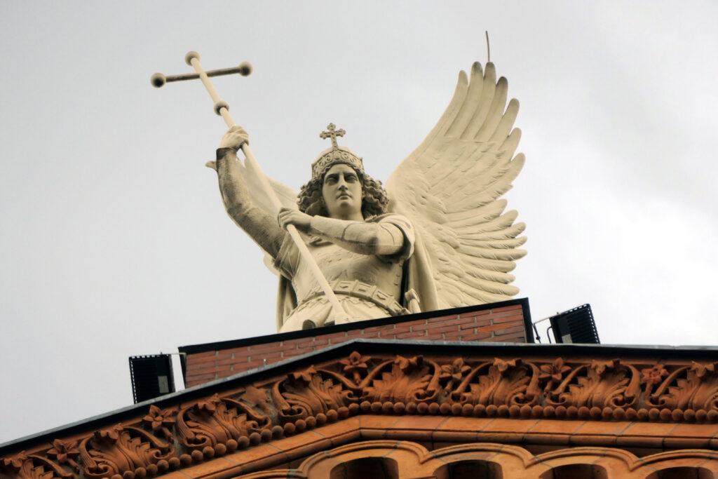Engel auf der St.-Michael-Kirche. Foto: Ulrich Horb