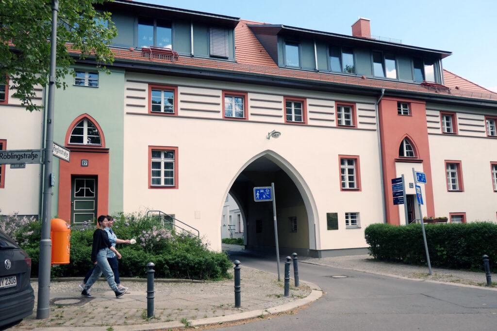 Tor zum Lindenhof an der Röblingstraße. Foto: Ulrich Horb