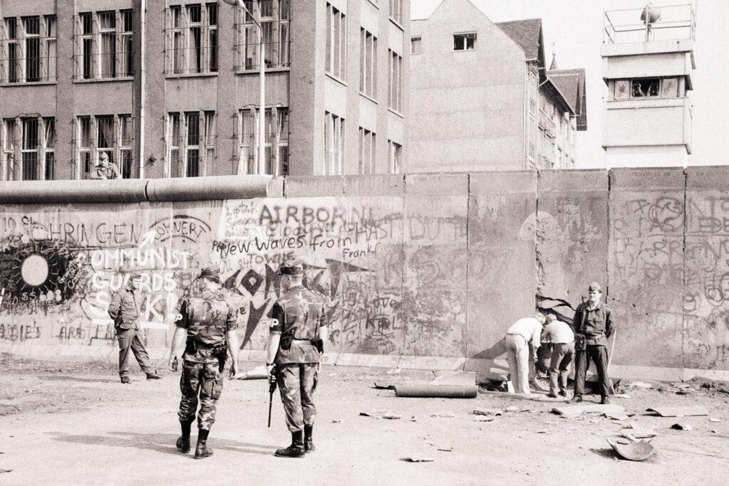 Maueranschlag 1986: DDR-Grenzsoldaten nach einem Anschlag auf West-Berliner Seite, 28. Juli 1986 an der Charlottenstraße in Kreuzberg. Foto: Ulrich Horb