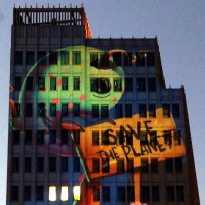 2004 begann die Geschichte mit einem Lichterlauf vom Kudamm nach Mitte, 2005 wurden beim Festival of Lights die ersten Gebäude angestrahlt, 2008 zählte der Veranstalter bereits mehr als eine Million Besucherinnen und Besucher an den 48 angestrahlten Schauplätzen.