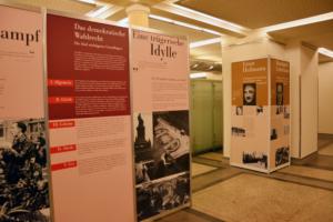 Im Foyer des Berliner Abgeordnetenhauses zeigte eine Ausstellung die Geschichte des ehemaligen Preußischen Landtags und die Verfolgung demokratischer Abgeordneter in der Nazi-Zeit. Foto: Ulrich Horb